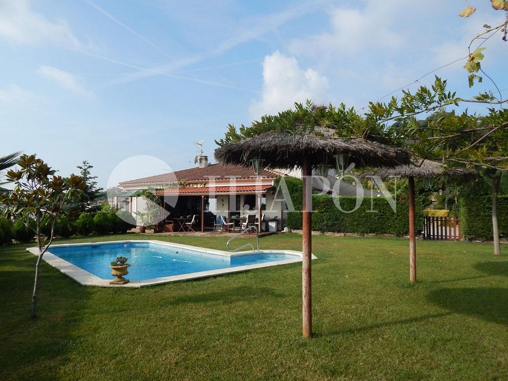 Casa en venta en la costa de barcelona en alella con - Casa jardin badalona ...