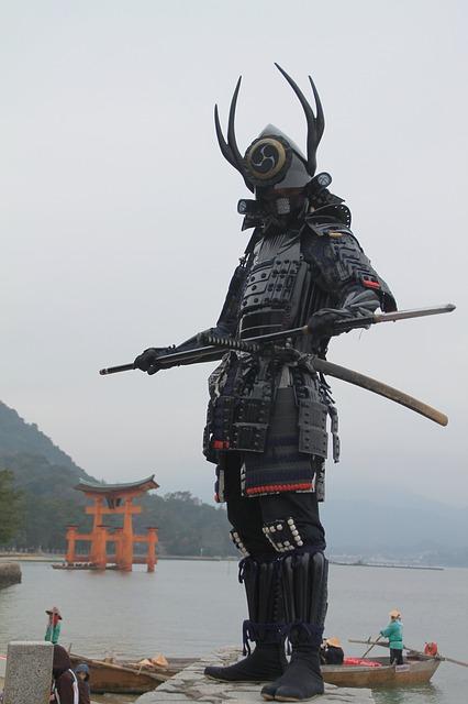 Soldado samurái posando junto al mar