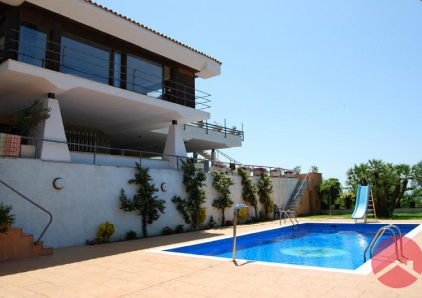Chalet con vistas al mar en alella con piscina hjap n for Casas con piscina barcelona