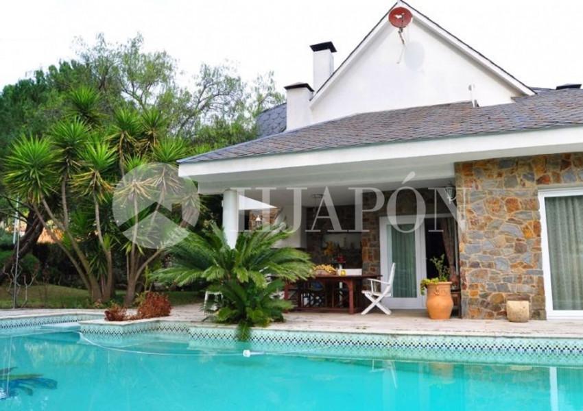 Casa con piscina y gran jard n llano cerca de barcelona for Casa jardin barcelona