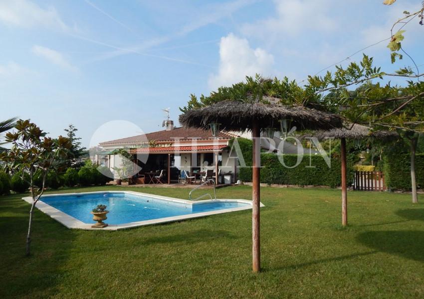 Casa en venta en la costa de barcelona en alella con for Casas con piscina barcelona